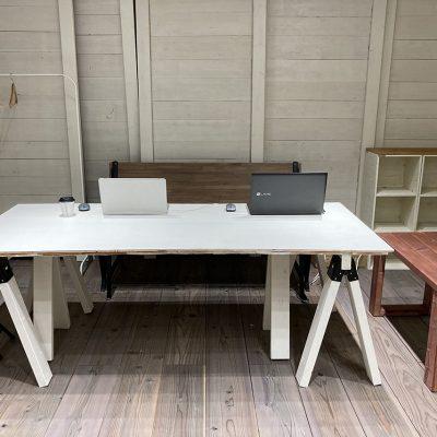 作業台があります。デスクワーク・ご商談・グループ作業等色々な場面で使用可能です。